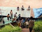 ラオス、メコン川下りのスローボートを下船